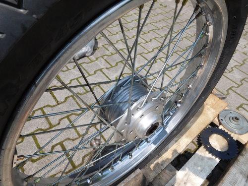 Motorradfelge nach dem Strahlen wie neu.