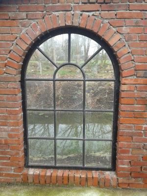 Gussfensterverglasung mit schwarz eingefärbtem Kitt.